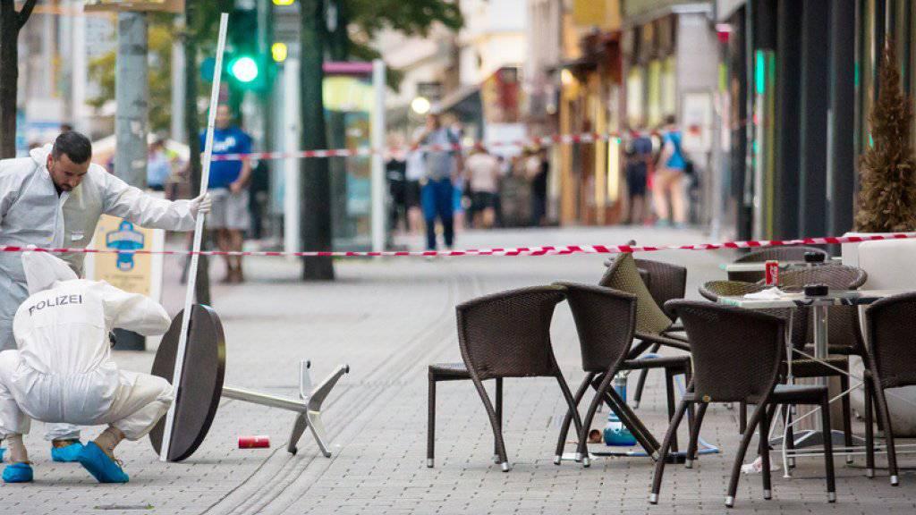 Mitarbeiter der deutschen Kriminalpolizei in der Innenstadt von Reutlingen nach der tödlichen Attacke mit einem Dönermesser auf eine Frau. (Archiv)