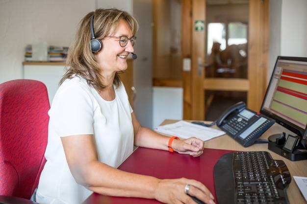 Rita Knecht, Ehefrau von Hansjörg Knecht, teilt die Landwirte in einen Terminplan ein. Das fordert hohe Konzentration. An Spitzentagen klingelt das Telefon rund um die Uhr. «Da erhalte ich bis zu 300 Telefonate», sagt sie.