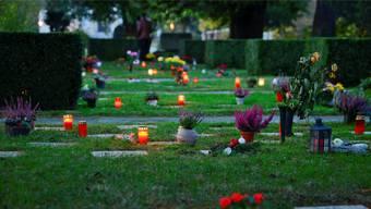 Christliche Todesrituale: Geblieben sind der Blumenschmuck und das Licht – in Form von Kerzen.