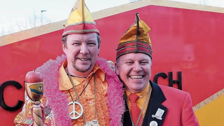 Der neue Schirmherr Othmar der Wurster Gut, hier im Bild mit Zeremonienmeister Daniel Leutwiler, hält stolz den Clique-Schäflibach-Zunftstab mit Reichsapfel.