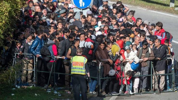 Flüchtlinge warten an der österreichisch-deutschen Grenze bei Passau auf die Weiterreise nach Deutschland. (Archiv)