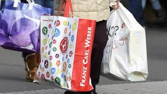 Schweizer Detailhändler können sich auf ein gutes Weihnachtsgeschäft freuen: Laut dem Marktforschungsinstitut Nielsen sind die Schweizer wieder stärker in Kauflaune. (Symbolbild)