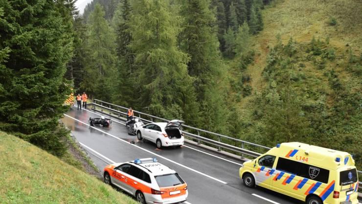 Ein Toter und eine Schwerverletzte: Dies die traurige Bilanz eines Verkehrsunfalls im Bündnerland vom Samstag.