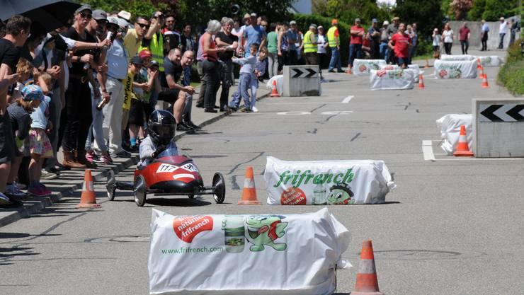 Das Seifenkistenrennen sorgt für einen Grossaufmarsch an der Höngerstrasse und Flüestrasse.