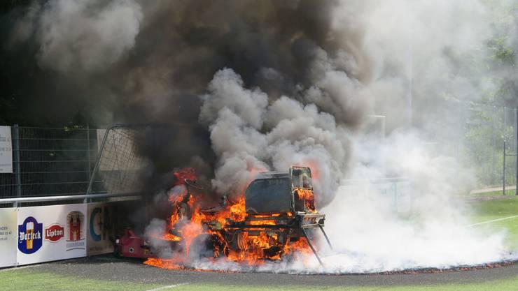 Plötzlich fing das Gefährt für den Kunstrasenunterhalt an zu brennen. Die Höhe des Sachschadens ist noch unbekannt.