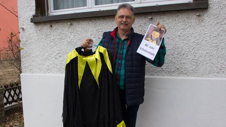 André Keusch blickt mit seinem Kostüm in der Hand auf 40 Jahre als Schnitzelbänkler «Chrähe» zurück.