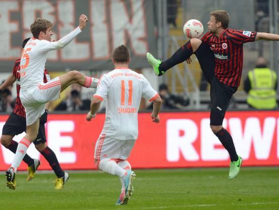 Frankfurts Tothüter Marco Russ bedrängt von Shaquiri und Müller.