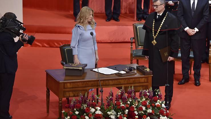 Die neue slowakische Präsidentin Zuzana Caputova hat ihr Amt offiziell angetreten. Sie löst Andrej Kiska ab (rechts im Hintergrund). (Vaclav Salek/CTK via AP)