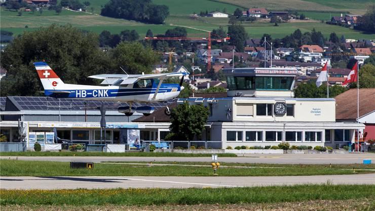 Ein Flugzeug im Anflug auf die Piste des Flughafens Grenchen.