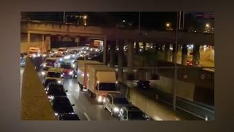 Vor dem Zürcher Schöneichtunnel blockierte am Montag ein weisser Lieferwagen die Rettungsgasse. Die Polizei ärgert sich darüber.