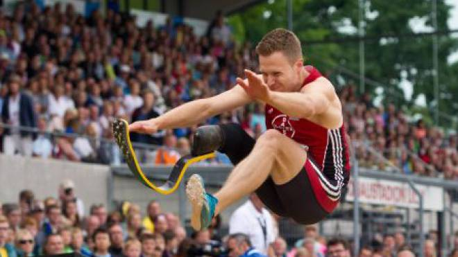 Markus Rehm springt an den deutschen Meisterschaften 8,24 Meter weit und gewinnt Gold. Danach entbrennt die Diskussion, ob ihm seine Prothese einen Vorteil verschafft. Foto: imago