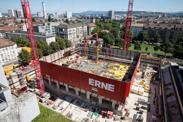 Aus einem tiefen Loch wächst das neue Biozentrum in die Höhe.