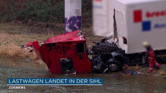 Lastwagen stürzt in die Sihl