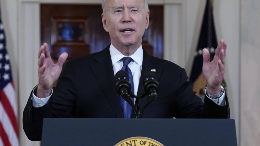 US-Präsident Joe Biden spricht in der Cross Hall des Weißen Hauses. Foto: Evan Vucci/AP/dpa