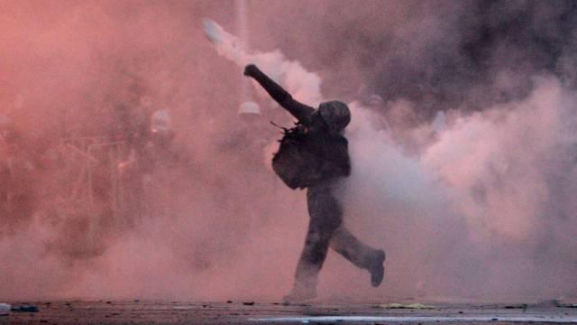 Regierungsgegner in Bangkok schleudert Polizei-Tränengas zurück