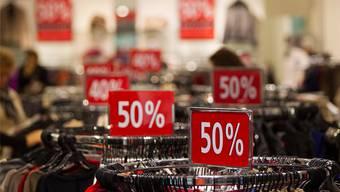 Die Schweizer Detailhändler reagieren auf den tiefen Eurokurs und senken ihre Preise auf Importware. (Symbolbild)