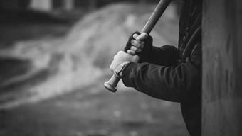 Der Angeklagte stand mitten in der Nacht mit Baseballschläger und Pistole im Haus des Opfers. (Symbolbild)