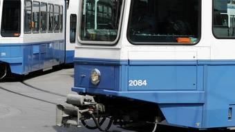 Tram prallt mit Lastwagen zusammen. (Symbolbild)