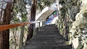 Nach Wald sieht es hier auch tagsüber nicht unbedingt aus: Die Oelraintreppe unter dem Badener Bahnhofplatz.