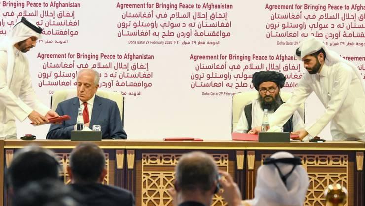 Das Abkommen in Doha wurde im Beisein von Vertretern aus rund 30 Staaten vom US-Sondergesandten für Afghanistan, Zalmay Khalilzad (l), und dem politischen Chef der Taliban, Abdul Ghani Baradar, unterzeichnet.