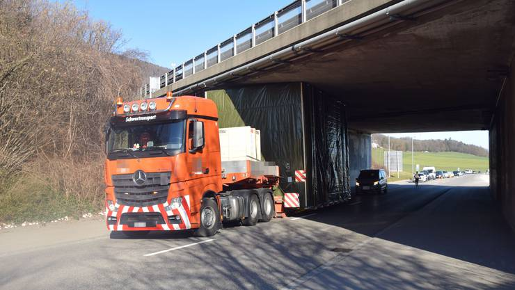 Der Ausnahmetransporter bliebt unter der Brücke stecken. Es entstand Rückstau.