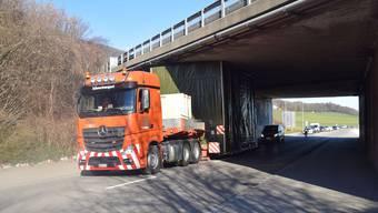 Ausnahmetransporter bleibt in Egerkinger unter Autobahnbrücke stecken