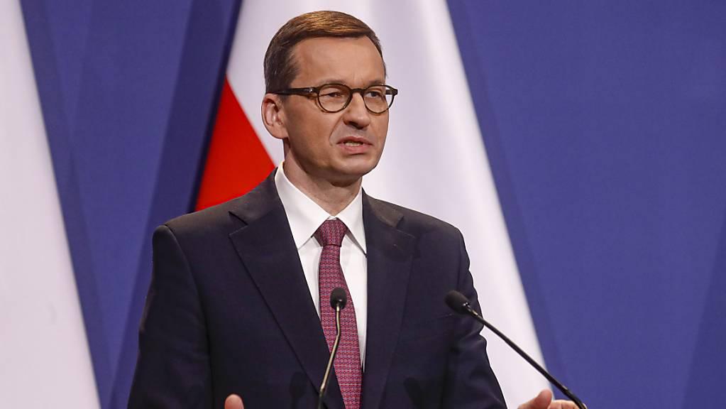 Der polnische Regierungschef Mateusz Morawiecki spricht bei einer Pressekonferenz Anfang April. Nun äußert er sich zur geplanten Ratifizierung des europäischen Corona-Aufbaufonds. Foto: Laszlo Balogh/AP/dpa