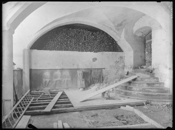 Die Krypta der Badener Sebastianskapelle bei deren Renovation 1936. Früher wurden hier 15'000 Skelette aufbewahrt.