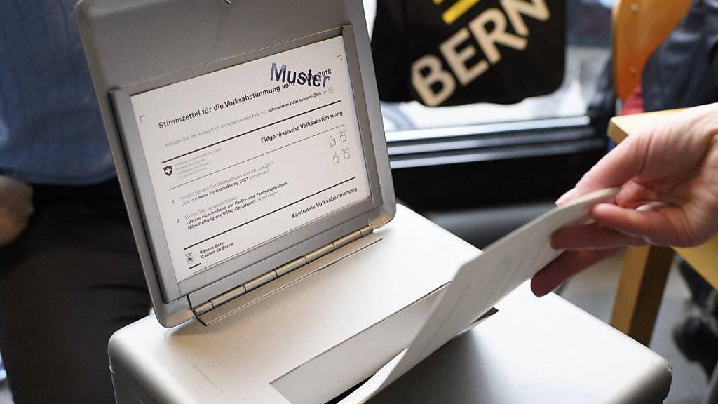 Die Waadtländer Linksaussenpartei POP will bei der Abstimmung zum AHV-Steuerdeal im Falle eines «Ja» Klage einreichen. (Symbolbild)