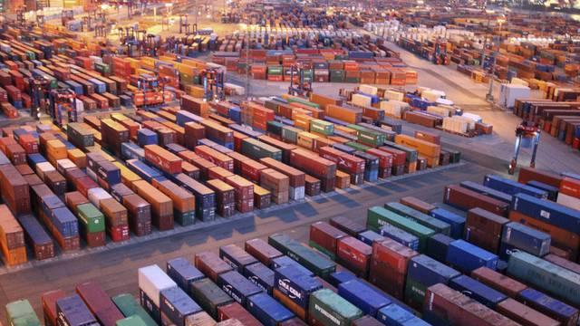 Blick auf einen Handelshafen mit zwischengelagerten Exportcontainern (Symbolbild)