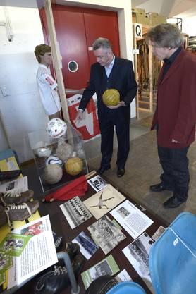 Ottmar Hitzfeld wird im Sportmuseum von einer WDR-Filmequipe begleitet: Hitzfeld und Mike Gosteli vom Museum vor der Fussball Ecke.