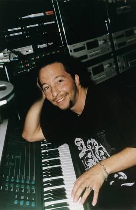 1997 mit einem Synthesizer im Studio. Ein Promo-Bild für das «Live»-Magazin.