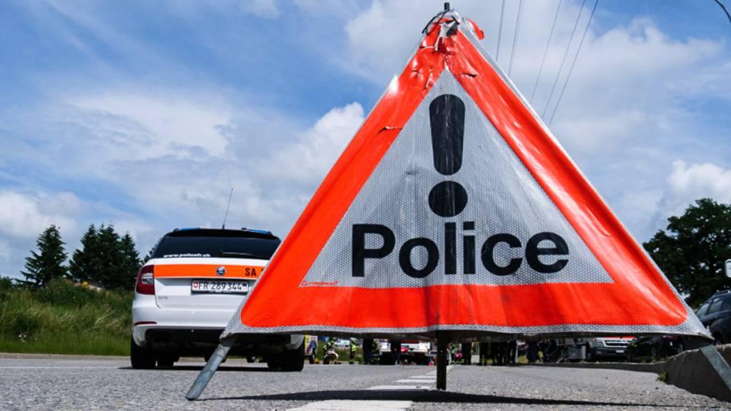 Die Freiburger Kantonspolizei hat am vergangenen Montag eine Strasse abgesperrt, weil in einem leer stehenden Wohnhaus verdächtige Objekte gefunden wurden. Jetzt wurde die Bundesanwaltschaft eingeschaltet.