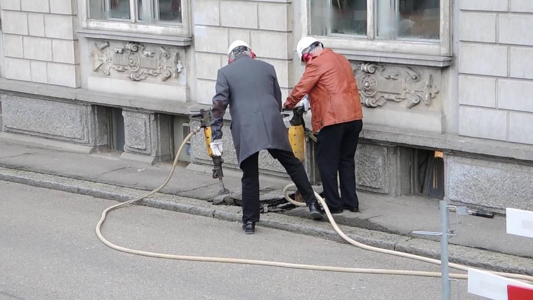 Spatenstich mit dem Presslufthammer: Bauherr Hansruedi Wyss (l.) und Planer Kurt Gähler
