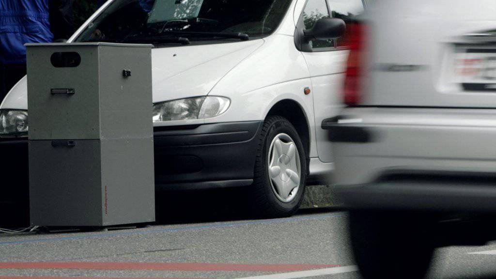 Ein Töfffahrer passierte in Hildisrieden LU eine mobile Geschwindigkeitskontrolle mit 173 km/h. (Symbolbild)