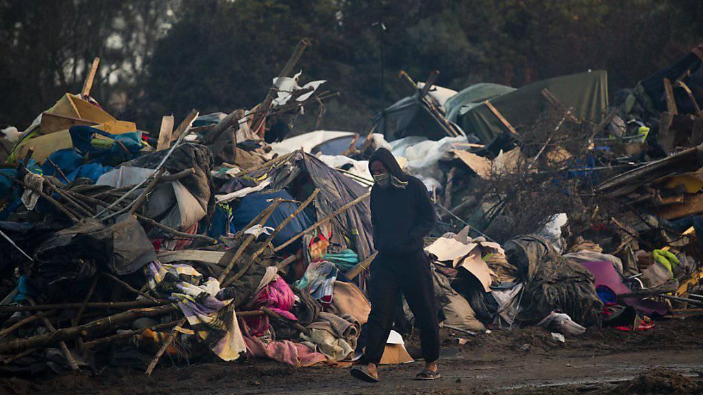 Bei der Räumung des «Dschungels» bei Calais zerstörten die Behörden die provisorisch aufgebauten Häuschen und Zelte. Seither versucht die Polizei, das Flüchtlingslager möglichst klein zu halten - und bedient sich dabei oft harter Methoden. (Archiv)