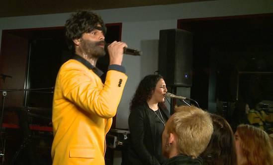Müslüm heizt dem Publikum mit «La Bambele» ein und steht im Interview Red und Antwort – kreativ wie immer.
