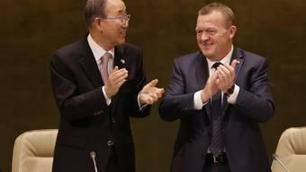 UNO-Generalsekretär Ban Ki Moon (l.) und Dänemarks Regierungschef Lars Lokke Rasmussen applaudieren nach Verabschiedung der neuen Entwicklungsziele