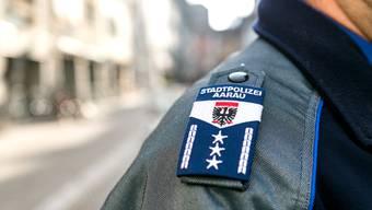 Themenbild Stadtpolizei Aarau: Ein Polizist patroulliert in der Rathausgasse.