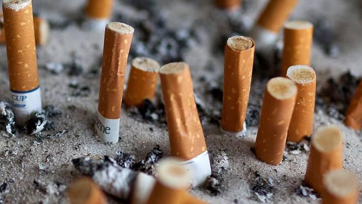 Damit weiter gequalmt werden kann, finanzieren Tabakkonzerne den Bau von Fumoirs in Restaurants.KEY