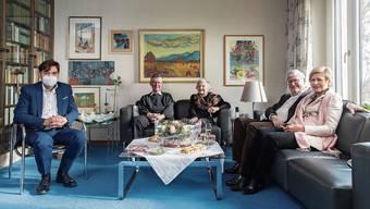Stadtpräsident François Scheidegger (ganz links) gratulierte der Jubilarin (Dritte von links) mit ihren beiden Söhnen Martin (Mitte links) und Hanspeter (rechts) sowie dessen Gattin Christine.
