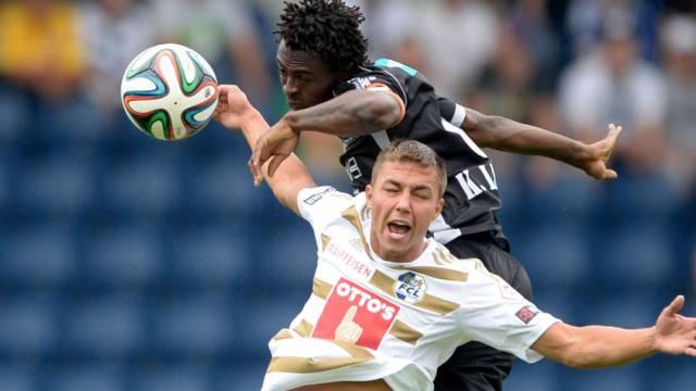 Sions Kouassi beim harten Kopfball-Duell gegen Luzerns Alain Wiss.