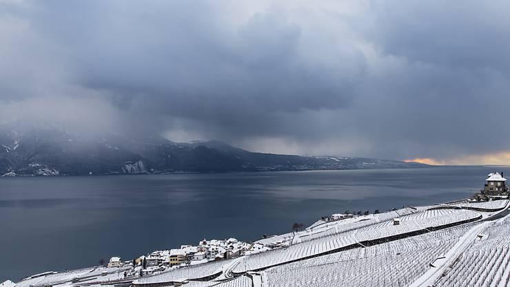 Eine dicke Wolkendecke brachte der Schweiz in der Nacht auf Dienstag mildere Temperaturen (Archiv).