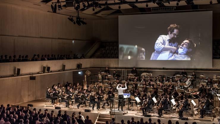 Die Musik der fünf Finalisten wird live gespielt vom Tonhalle-Orchester Zürich mit Dirigent Frank Strobel.