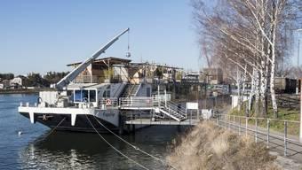 Der Club befindet sich auf einem Schiff im Klybeck.
