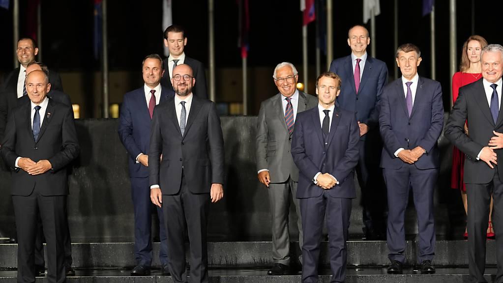 Charles Michel (M,r), Präsident des Europäischen Rats, steht zusammen mit anderen EU-Staats- und Regierungschefs für ein Gruppenfoto während des EU-Westbalkan-Gipfels. Die EU will weniger abhängig von anderen Weltregionen werden, teilte Charles Michel beim EU-Gipfel in der Nacht zum Mittwoch mit. Foto: Darko Bandic/AP/dpa