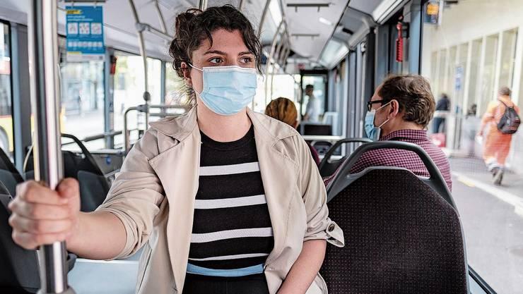 Ab Montag ist es in der Schweiz Pflicht, in öffentlichen Verkehrsmitteln Masken zu tragen. Unangenehm – oder alles halb so wild?