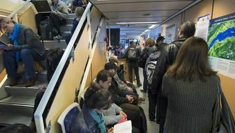 Die Zahl der Grenzgänger aus Frankreich - hier auf dem Arbeitsweg per Genfersee-Schiff - ist im ersten Quartal 2017 erstmals seit rund acht Jahren zurückgegangen. (Archivbild)
