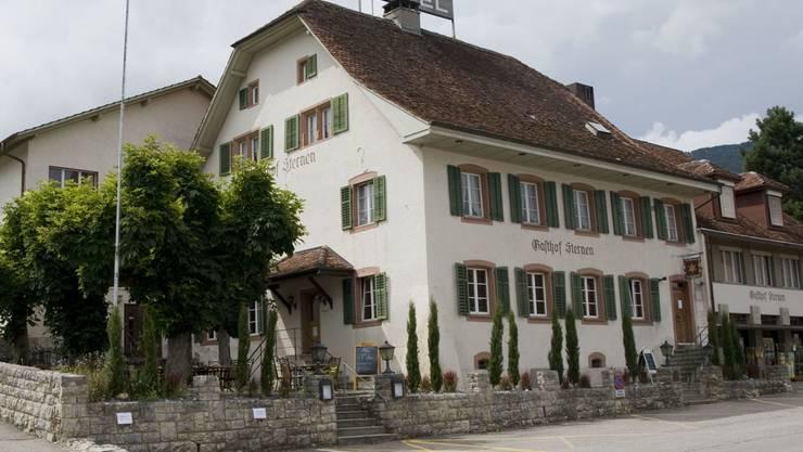 Der Gasthof Sternen mit schattiger Gartenterrasse und Saalbau.