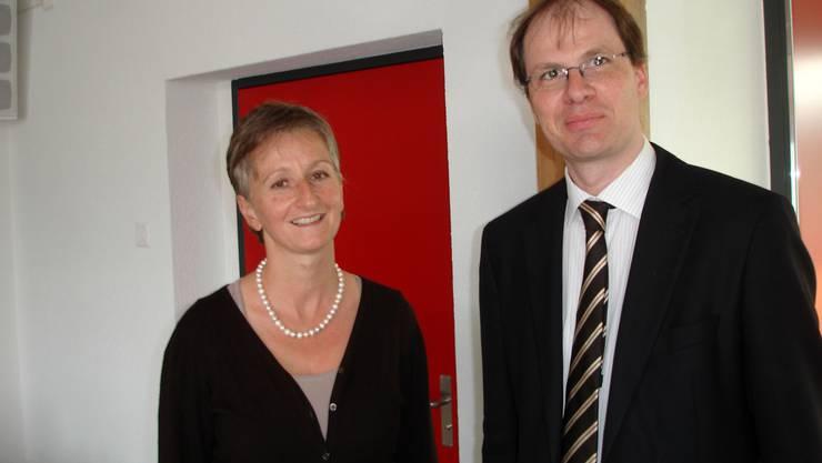 Kathrin Härdi, Brunegger Gemeindeammann und Sprecherin der Vorbereitungsgruppe, mit Referent Reto Steiner (Bild: tf)